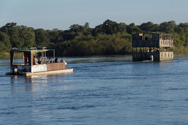25.4. Bootsfahrt am Kavango; wir sind froh mit einem kleineren Boot unterwegs zu sein.