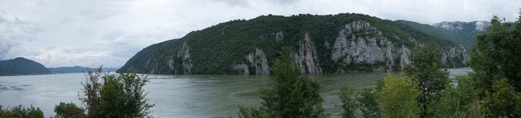 13.6. Das rund 130 km lange Tal ist in Serbien als Đerdap Gorge und in Rumänien als Cazanele Dunarii / Donaukessel bekannt und beeindruckt mit seinen bis zu 300 Meter hohen Steilwänden.