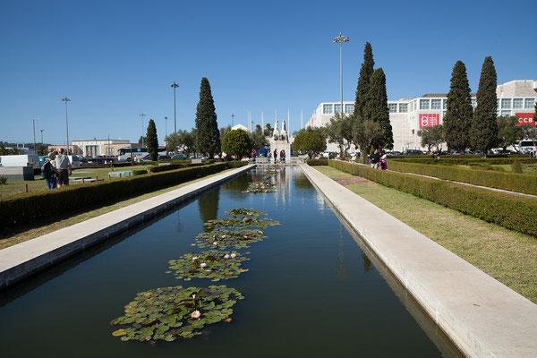 16.09. Durch den Park gegenüber vom Kloster spazieren wir zum Tejo.
