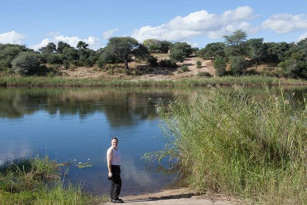 23.4. Die Hakusembe River Lodge liegt am Kavango. Dieser entspringt als Cubango im Zentrum Angolas, bildet als (O)kavanko für 400km die Grenze zw. Angola und Namibia. Im NW Botswanas versickert er in den Sümpfen des Okavangobeckens im Okavangodelta.