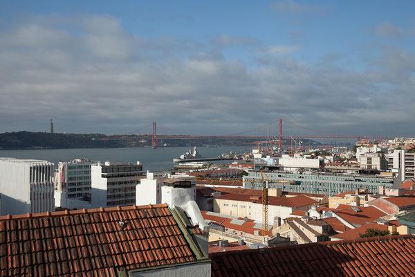... Miradouro de Santa Caterina mit tollem Blick auf die Ponte 25 de Abril und die Christusstatue.
