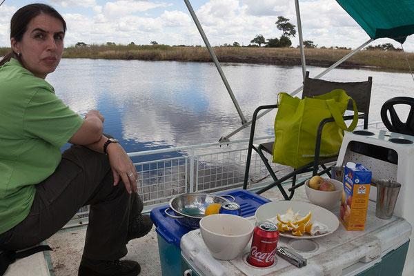 27.4. Mavunje - Bootstour; das Flusswasser ist von einwandfreier Qualität und dient zum Waschen des Geschirrs