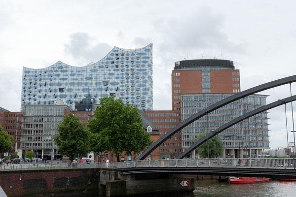 21.06. Nach wenigen Minuten gelangen wir vom Hotel zur Speicherstadt und blicken auf die Elbphilharmonie.