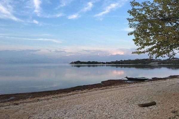 15.9. Murići ist der einzige montenegrinische Ort mit Strandzugang zum Shkodra See, ansonsten dominiert Steilküste.