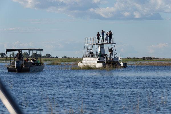 Zahlreiche Boote sind auf dem Chobe unterwegs