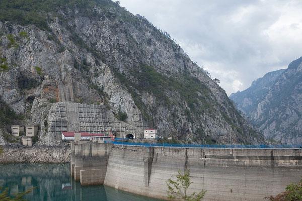 10.9. Die 201m lange Mratinje Staumauer war zur Zeit ihrer Errichtung mit 220m die höchste Staumauer Europas.