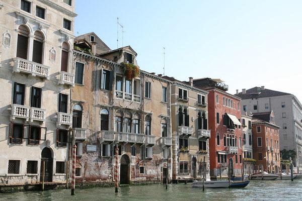 13.09. Unser erstes Ziel heute ist das Castello Viertel. Zuerst fahren wir mit dem Vaporetto ein Stück den Canal Grande entlang.