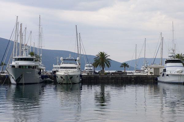 8.9. Der 2010 eröffnete Porto Montenegro in Tivat bietet als erster Tiefwasser-Yachthafen der Adria Liegeplätze für Superyachten, Luxushotels und -boutiquen mit dazugehöriger Gastronomie.