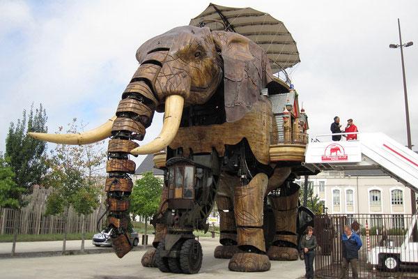 19.09. Machines de l'ìle - Ein 450 PS Motor läßt den großen Elefanten 1 bis 3 km/h schnell laufen.