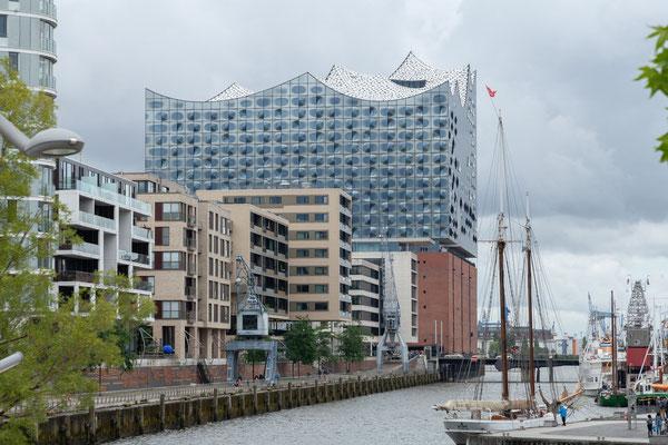 21.06. Bei unserem Spaziergang durch die Hafencity blicken wir immer wieder auf Hamburgs neues Wahrzeichen, die Elbphilharmonie.