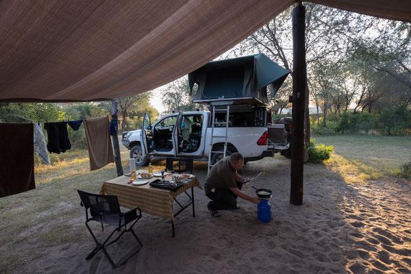 13.05. Tiaans Camp, heute gibt es Eier mit Speck und selbstgebackenen Brötchen