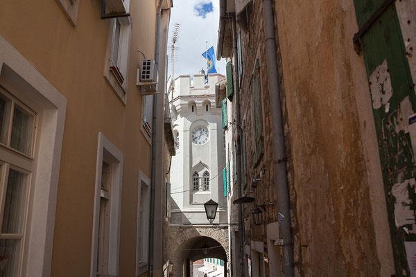 19.9. Herceg Novi - Der Urturm (sat kula) ist das Wahrzeichen der Stadt.