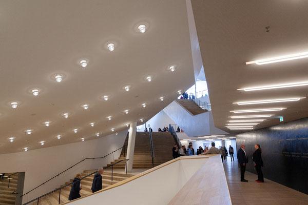24.06. Von der Plaza gelangt man über ein ausgeklügeltes Treppensystem in die einzelnen Bereiche des Großen Saals.