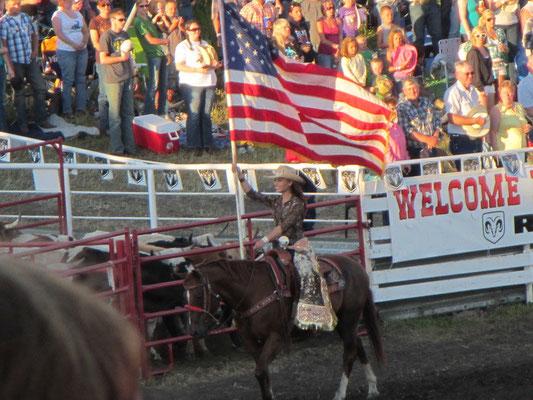 Miss Rodeo South Dakota am tragen der US Fahne während der Hymne