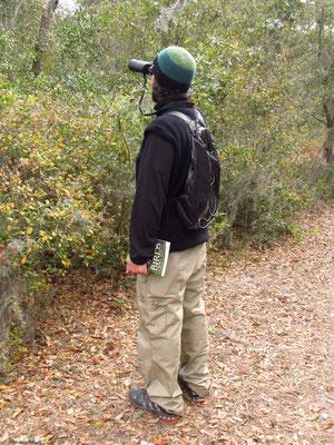 Mike mit Buch und Fernglas ausgerüstet auf Tierbeobachtung