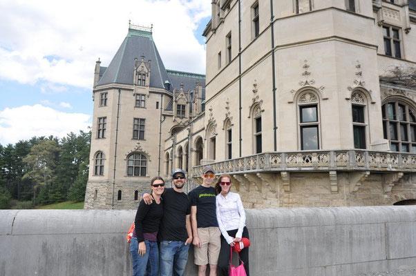 Wir zusammen mit Heather & Justin vor dem Biltmore Haus