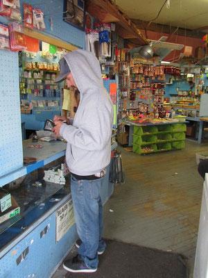 Mike Fischerladen am einkaufen