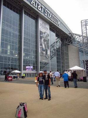 wir 2 vor dem Stadium
