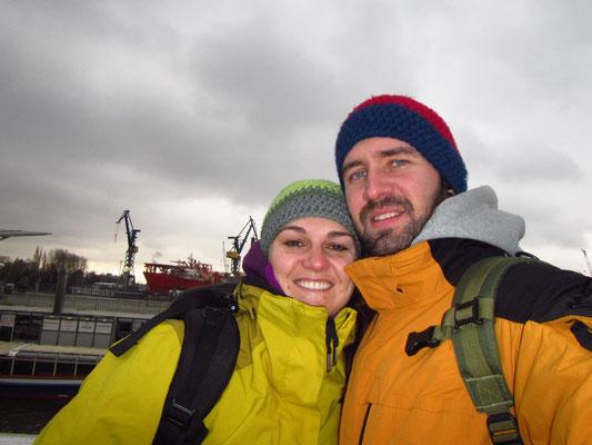Wir 2 bei Kälte und Wind am Hafen