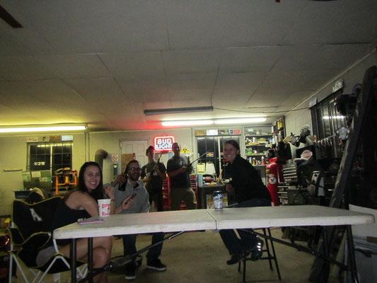 Lustiger Abend in Ben's Garage zuhause