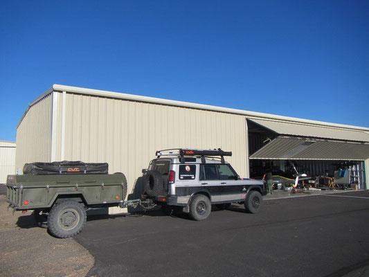Disco geparkt vor dem Hangar