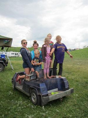 Die Kinder finden das Golf Cart fahren auch toll