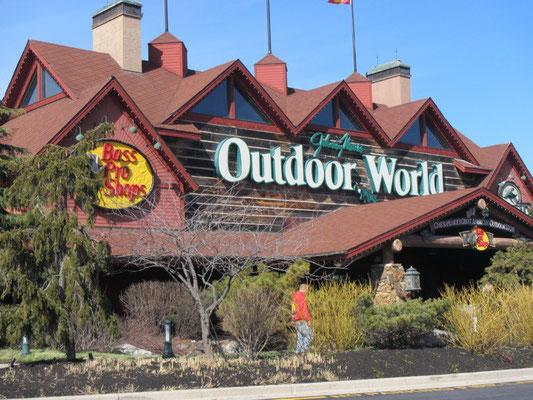 Da müssen wir rein: Gigantischer Outdoor/Fischerladen