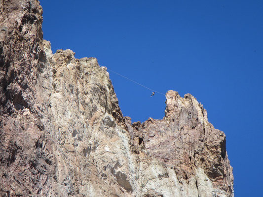 Slackline in der Höhe im Smith Rock State Park
