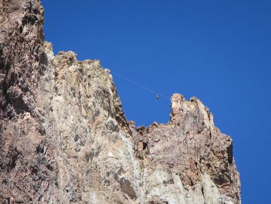 Slackline in der Höhe im Smith Rock State Park