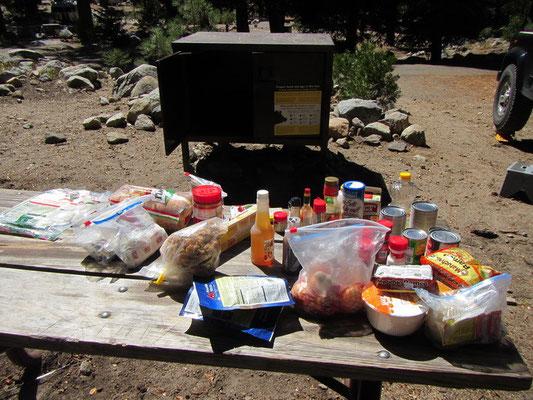Wir müssen all unser Food und Toilettenartikel in die Bärenbox verstauen