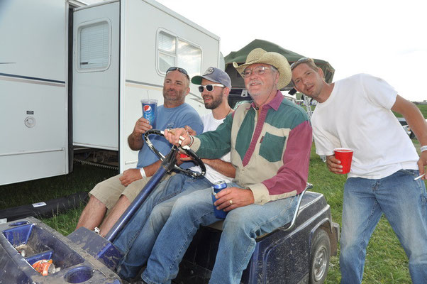 ...die Jungs dürfen auch mal Golf Cart fahren