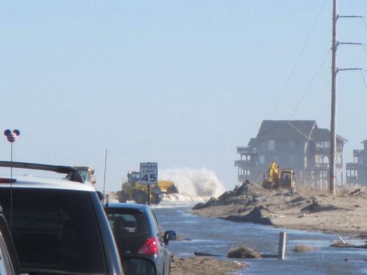 Hier ist kein Durchkommen mehr, die Wellen schlagen auf dem Highway auf