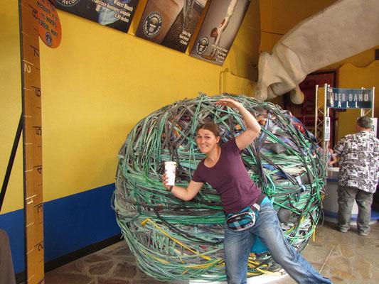 Guiness Buch der Rekorde Museum - hinten der grösste Gummiball der Welt