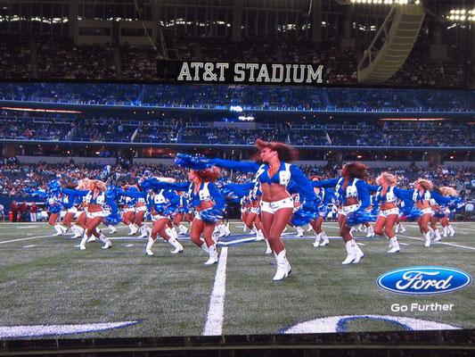 und hier sind die perfekten Cowboys Cheerleaders