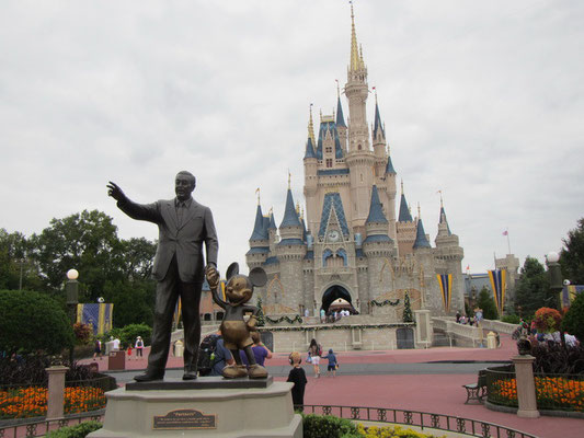 Walt Disney mit Mickey im Magic Kingdom