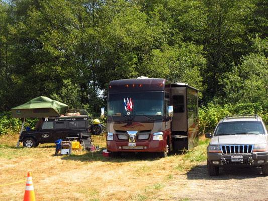 Unser Base Camp. Anne & Ron mit Guy teilten sich den kleinen RV
