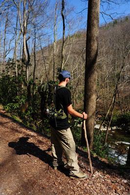 Mike auf der Wanderung natürlich mit Fischerrute