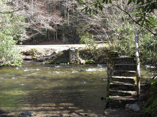 Brücke ist weg gespüllt, wir müssen durchs kalte Wasser gehen