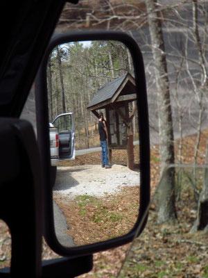 Mike am Einschreiben für den Camping