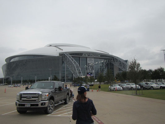 Von aussen sieht es nicht so riesig aus, aber es kann 108'000 Fans fassen