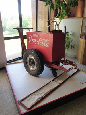 ...nochmals eine Eismaschine mit Coke Werbung