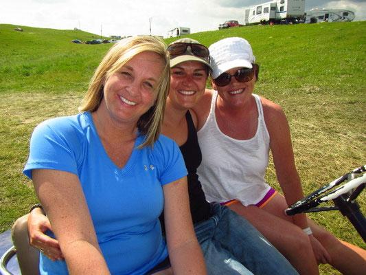 Wir 3 Girls fahren mit dem Golf Cart auf dem Gelände herum --- so much fun :)