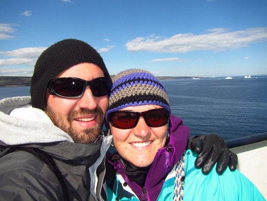 Auf Deck mit den Eisbergen im Hintergrund