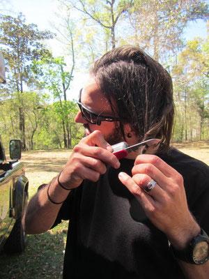 Haare werden geschnitten - natürlich mit Schweizer Sackmesser