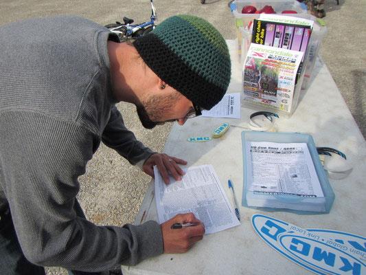 Mike am Einschreiben für sein erstes Mountainbike-Rennen