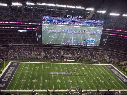 Das Stadium mit dem fast 50 Meter grossen Bildschirm!