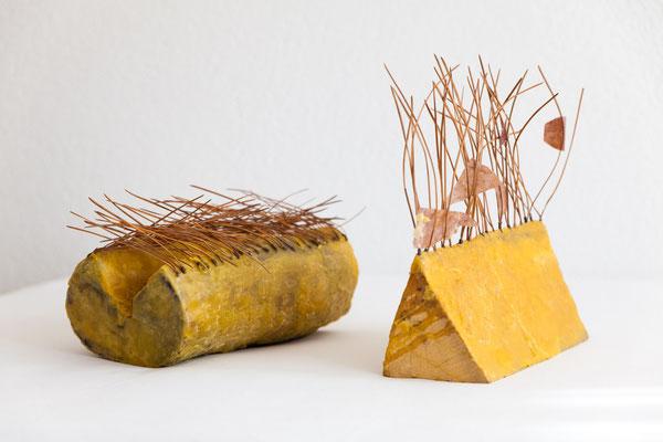 Kleine Behausungen 2 und 1, 2011, Holz, Bienenwachs, Kiefernnadeln, Papier, 30x20x32