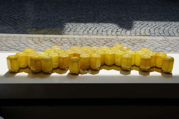 Installation 2 (Ausschnitt) –  Bienenwachs, Glas