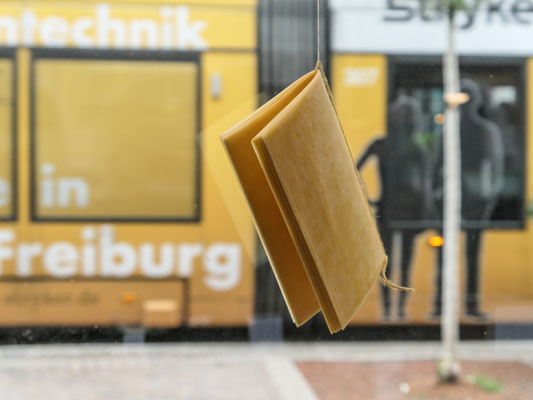 Installation 1 – Papier, Bienenwachs, Faden