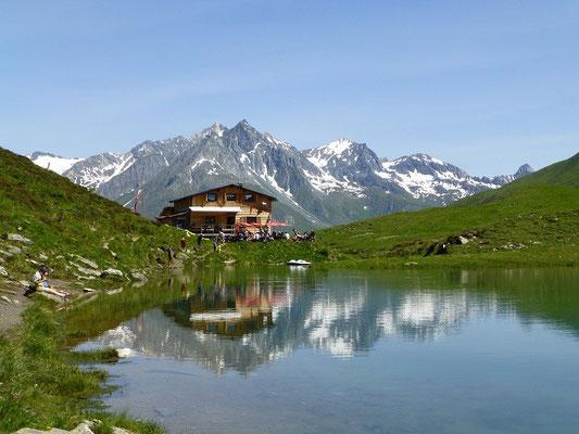 Wunderschön gelegen thront die Bergerseehütte über dem Virgental